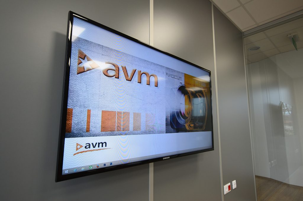 avm-novartis-kistárgyaló-monitor