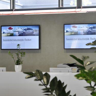 Mercedes-digital-signage