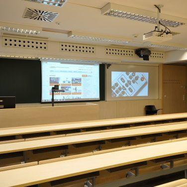 SOTE-EOK-kiselőadó-vetítővászon-projektor