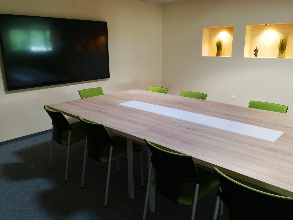 avm-új-iroda-nagytárgyaló-panasonic-monitor
