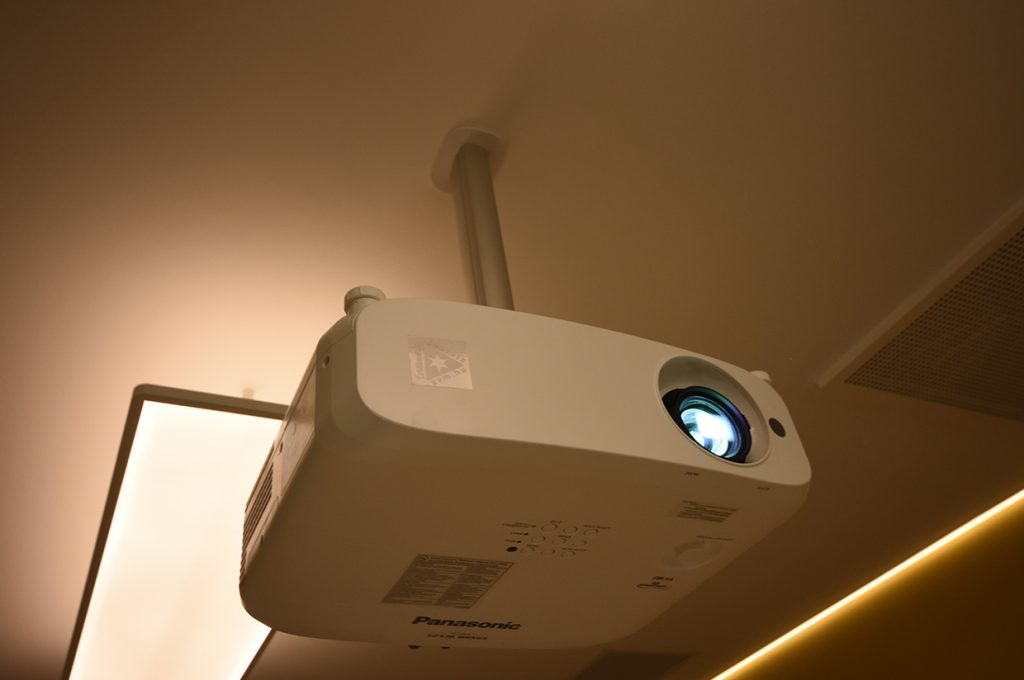avm-cordia-multifunkciós-tárgyaló-panasonic-projektor